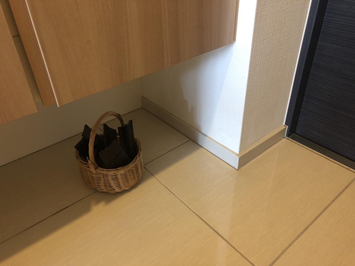 玄関に置いた竹炭