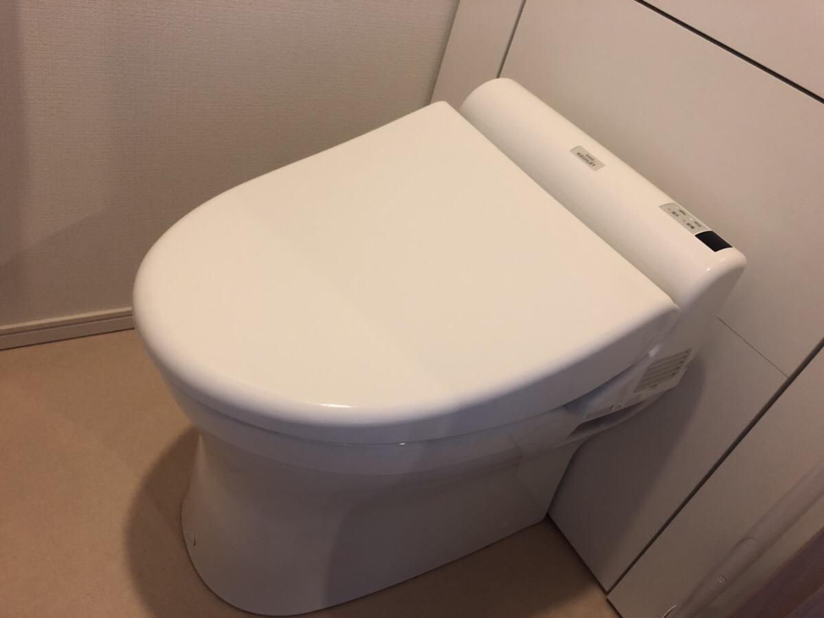 フタを閉めたトイレ