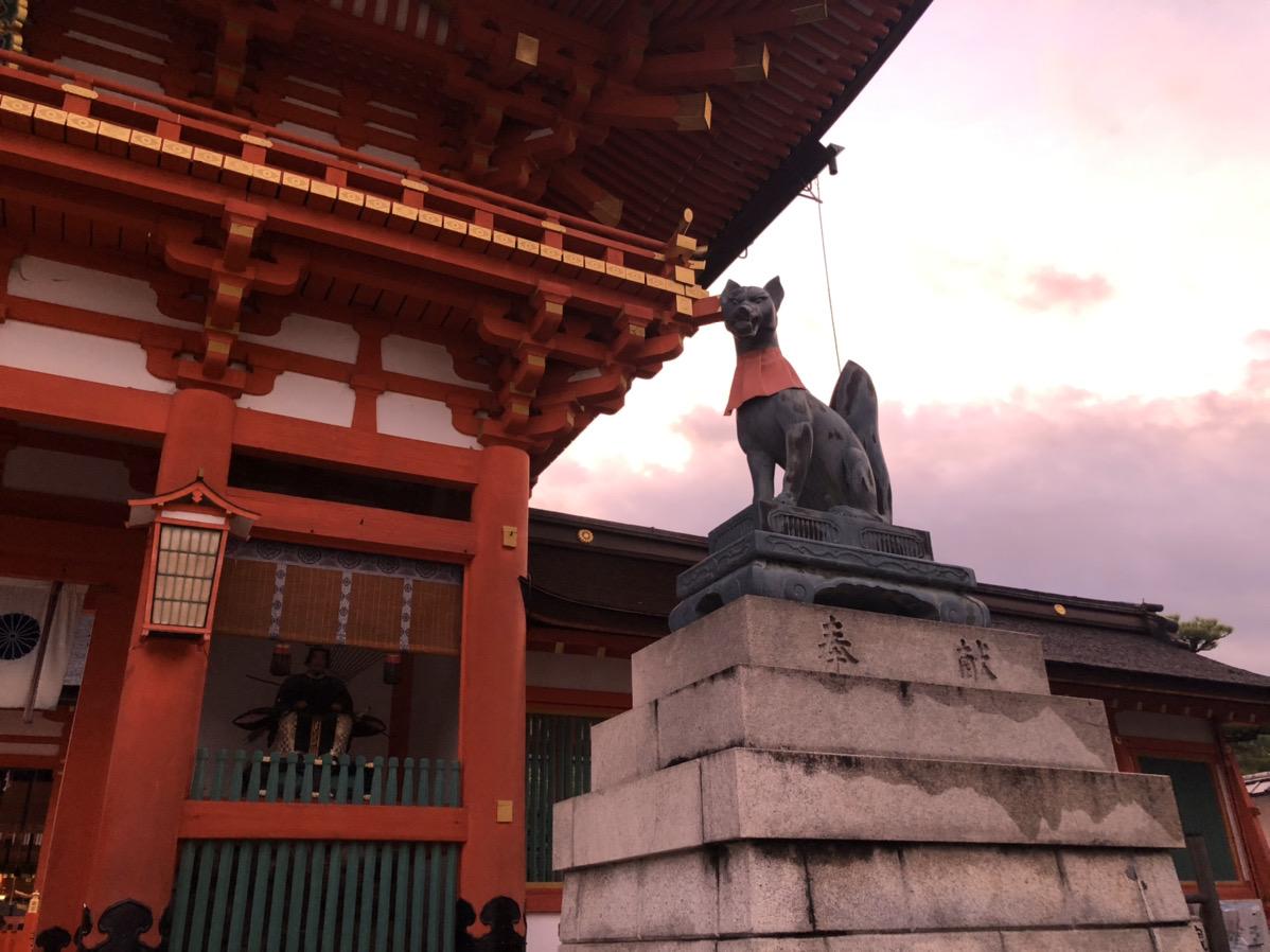 楼門右手にある狐像
