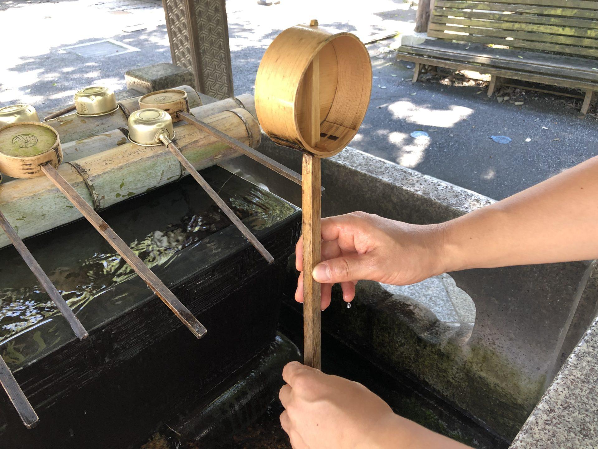 柄杓をたて柄の部分に水を流す