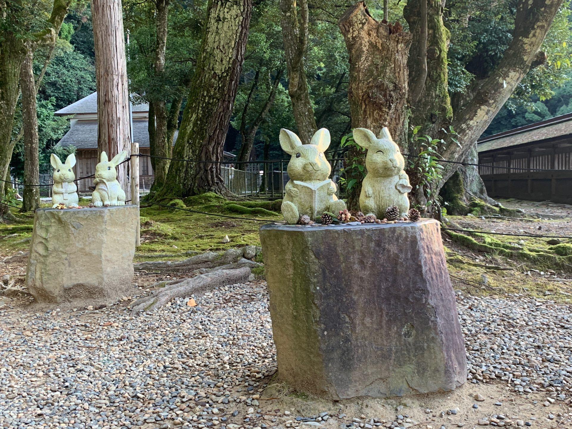 出雲大社本殿裏の白うさぎの像
