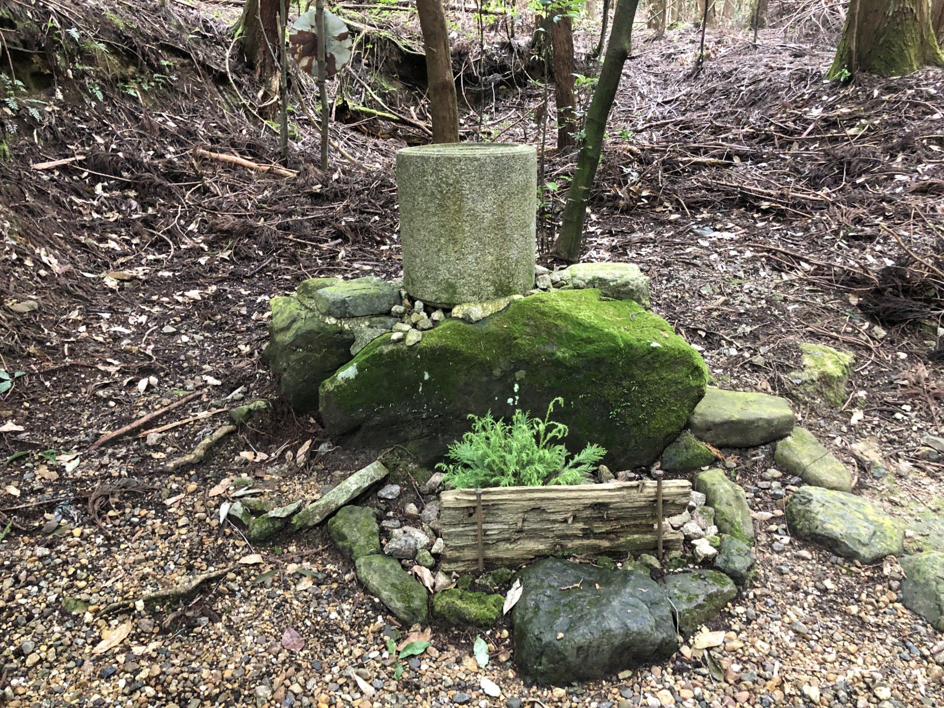 拝殿近くにある石