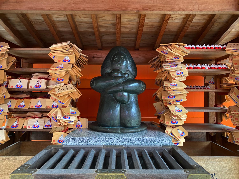種貸社の社殿裏にある像