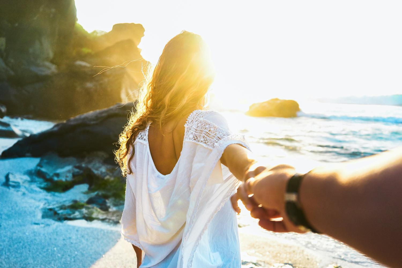 手を繋いでいる女性