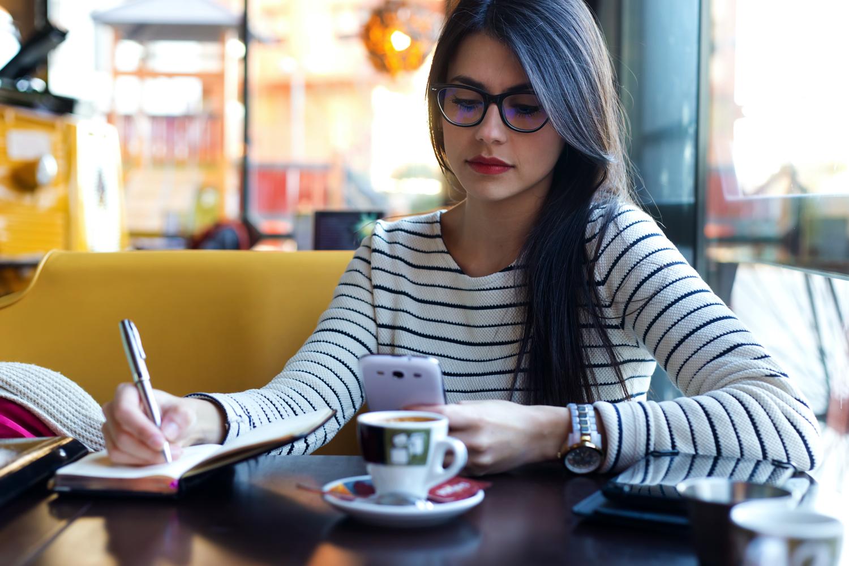カフェにいる女性